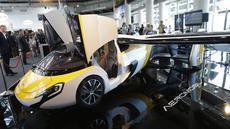 Mobil terbang AeroMobil saat dipamerkan di Monaco, Kamis (20/4). Mobil yang prototipenya diluncurkan pada 2014 lalu tersebut sudah bisa dipesan pada akhir tahun mendatang. (AP Photo / Claude Paris)