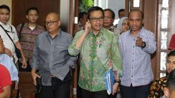 Menpora Imam Nahrawi (tengah) bersiap bersaksi pada sidang lanjutan suap dana hibah Kemenpora untuk KONI dengan terdakwa Deputi IV Bidang Peningkatan Prestasi Kemenpora, Mulyana serta Adhi Purnomo dan Eko Triyanta di Pengadilan Tipikor, Jakarta, Kamis (4/7/2019). (Liputan6.com/Helmi Fithriansyah)