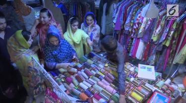Menyambut Hari Raya Idul Fitri 1 Syawal 1439 Hijriah, warga Pakistan berbelanja kebutuhan lebaran di pasar malam.