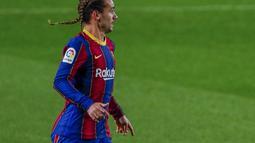 Penyerang Barcelona, Antoine Griezmann berlari saat berhadapan dengan Real Sociedad pada pertandingan lanjutan La Liga Spanyol di stadion Camp Nou di Barcelona, Spanyol, Kamis (17/12/2020). Griezmann terlihat percaya diri dengan rambut kepangnya saat ini. (AP Photo/Joan Monfort)