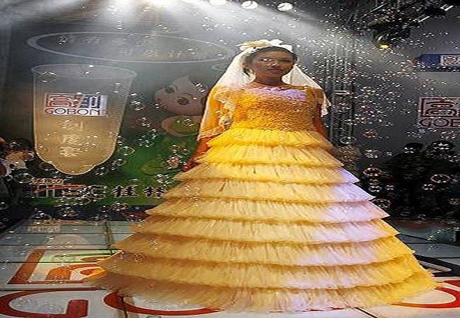 gaun ini terbuat dari ratusan kondom