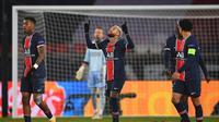 Striker Paris Saint-Germain, Neymar (tengah), melakukan selebrasi usai mencetak gol keduanya ke gawang Istanbul Basaksehir dalam laga lanjutan Liga Champions 2020/21 Grup H di Parc des Princes Stadium , Paris, Rabu (9/12/2020). PSG menang 5-1 atas Basaksehir. (AFP/Franck Fife)