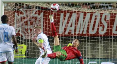 Bagi seorang pemain, mencetak hattrick dalam sebuah pertandingan apalagi dalam level internasional yang mewakili timnas merupakan sebuah kebanggaan tersendiri. Bontang Portugal, Cristiano Ronaldo baru saja memecahkan rekor tersebut. Siapa saja yang dilewatinya? (AP/Joao Matos)