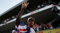 Pembalap asal Inggris dari tim Marcedes, Lewis Hamilton merayakan kemenangannya meraih juara dunia F1 untuk yang ke empat kalinya di Autodromo Hermanos Rodrigue, Meksiko (29/10). (AP Photo / Rebecca Blackwell)