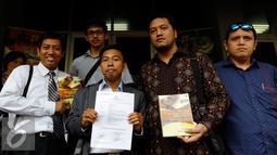 Pengacara, Ramdan Alamsyah (kedua kanan) dan perwakilan Al Kahfi usai melapor ke Polda Metro Jaya, Jakarta, Jumat (25/9/2015). Yayasan al Kahfi melaporkan delapan pemilik akun media sosial yang telah memfitnah mereka. (Liputan6.com/Yoppy Renato)