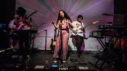 Setelah ngeband dengan genre pop punk, Iqbaal bereksplorasi genre R&B electronic dengan grup barunya Svmmerdose.(Liputan6.com/IG/@iqbaal.e)