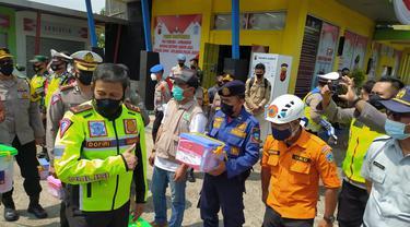 Kapolda Jabar Inspektur Jenderal Polisi Ahmad Dofiri tengah memberikan bingkisan bagi para petugas dan relawan yang bertugas selama masa penyekatan di Pos Penyekatan, Limbangan, Garut, Jawa Barat.