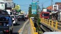 Petugas polisi maupun dishub mengimbau untuk pengusaha restauran di sepanjang arteri pantura Tengah Tani Kabupaten Cirebon tidak menyiapkan lahan parkir di bahu jalan. Foto (Liputan6.com / Panji Prayitno)