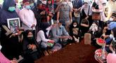 Keluarga mengikuti proses pemakaman terhadap pramugari Nam Air, Isti Yudha Prastika (34) yang menjadi korban jatuhnya pesawat Sriwijaya Air SJ 182, di TPU Pondok Petir, Depok, Sabtu (16/1/2020). Pada saat kejadian Isti dalam status sebagai penumpang Sriwijaya Air. (merdeka.com/Arie Basuki)