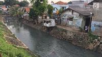 Kondisi pemukiman kumuh yang berada di kawasan Kuningan, Jakarta, Jumat (2/2). Wagub DKI Jakarta, Sandiaga Uno mengatakan, angka kemiskinan di Jakarta saat ini sudah mencapai 3,77 persen. (Liputan6.com/Immanuel Antonius)