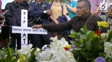 Adriana Yubela tewas ditusuk di kawasan, Bogor Jawa Barat. Keluarga siswi SMK tersebut menuntut polisi segera menangkap pembunuh korban.