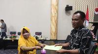 Salah satu warga yang menjadi korban saat menyerahkan jaminan sertifikat rumah milik Esto ke DPRD Kabgor (Arfandi Ibrahim/Liputan6.com)