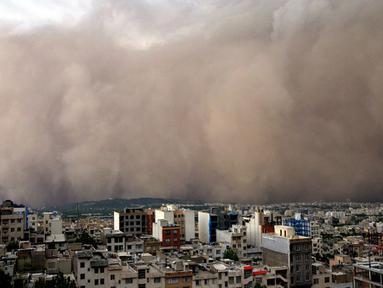 Badai pasir melanda kawasan timur laut Minicity, Teheran, Iran, (2/6/2014). (AFP PHOTO/Saeedeh Eslamieh)