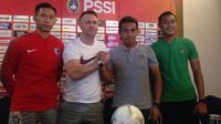 Pelatih interim Timnas Indonesia, Bima Sakti, berjabat tangan dengan pelatih Hong Kong, Gary John White, jelang pertemuan kedua tim dalam laga persahabatan di Stadion Wibawa Mukti, Cikarang, yang digelar Selasa (16/10/2018). (Bola.com/Benediktus Gerendo)
