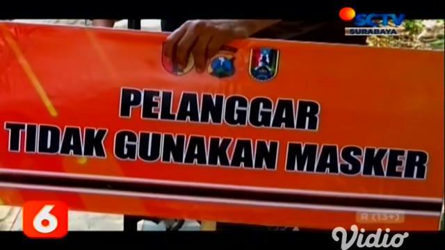 Meningkatnya kasus Covid-19 di Jawa Timur, menjadikan aparat gabungan antara Satpol PP dengan TNI-Polri menggelar Razia Protokol Kesehatan di Jalan Raya Tuban. Dari razia tersebut, setidaknya terdapat 27 pengguna jalan terjaring Razia Protokol Keseha...