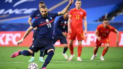 Karim Benzema. Enam tahun tak memperkuat Timnas Prancis, Karim Benzema akhirnya kembali masuk skuat menghadapi Euro 2020 (Euro 2021). Prestasi apiknya bersama Real Madrid musim ini dengan torehan 30 gol tentunya luar biasa jika menilik usianya yang telah menginjak 33 tahun. (AFP/Franck Fife)