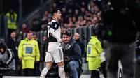 Pemain Juventus, Cristiano Ronaldo, langsung berjalan ke ruang ganti setelah diganti pada laga kontra AC Milan, di Juventus Allianz Stadium, Senin (11/11/2019) dini hari WIB. (AFP/Marco Bertorello)
