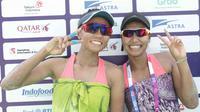 Pasangan pevoli pantai wanita Indonesia Desi Ratnasari dan Purari Eka Yokebed berpose usai bertanding melawan pasangan tim pevoli Timor Leste pada penyisihan pool C voli pantai Asian Games 2018 di Palembang, (20/8). (ANTARAFOTO/ INASGOC/Ful/Andi Rambe)