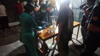 Petugas kesehatan yang bersiaga di rumah duka ibu Jokowi, Solo, Rabu (25/3/2020). (Liputan6.com/Fajar Abrori)