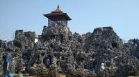 Pengelola Wisata Gua Sunyaragi Cirebon mencatat jumlah pengunjung menurun sejak Pandemi Covid-19 menyebar di wilayah Indonesia. Foto (Liputan6.com / Panji Prayitno)