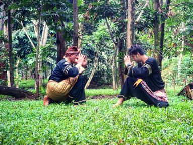 Indonesia memiliki banyak warisan budaya dari leluhur. Di jaman sekarang, banyak generasi muda yang mulai melupakan warisan budaya. Salah satu artis  yang masih peduli melestarikan budaya leluhur adalah pesinetron Ammar Zoni. (Instagram/ammarzoni)