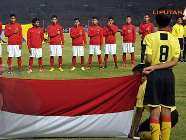Para pemain Indonesia U19 terlihat serius saat menyanyikan lagu kebangsaan Indonesia Raya sebelum pertandingan dimulai (Liputan6.com/ Helmi Fithriansyah)