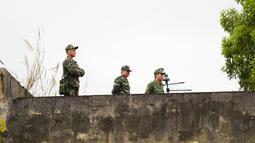 Tentara Vietnam berjaga-jaga di atap stasiun kereta Dong Dang menjelang kedatangan pemimpin Korea Utara Kim Jong-un di Lang Son, Senin (25/2). Kim Jong-un akan memasuki Vietnam dengan kereta api untuk pertemuan dengan Donald Trump. (Nhac NGUYEN/AFP)