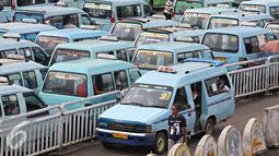 Angkutan umum menunggu penumpang di Terminal Kampung Melayu, Jakarta Timur, Senin (29/2). Organda DKI Jakarta menyatakan keberatan dengan peraturan usia maksimal transportasi 10 tahun oleh BPTSP DKI dan Dishubtrans DKI. (Liputan6.com/Immanuel Antonius)