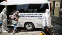 Pasien tanpa gejala Covid-19 yang diantar dengan ambulans tiba di Hotel U Stay Mangga Besar, Sawah Besar, Jakarta, Senin (28/9/2020). Sebagian pasien tanpa gejala mulai diisolasi di hotel untuk mengantisipasi daya tampung Rumah Sakit Darurat Wisma Atlet yang semkain padat. (Liputan6.com/Faizal Fanan