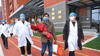 Seorang pasien yang dinyatakan sembuh dipulangkan dari Rumah Sakit Afiliasi Pertama Universitas Nanchang di Nanchang, Provinsi Jiangxi, China timur, pada 27 Januari 2020. Dia merupakan pasien coronaviruspertama yang sembuh di Provinsi Jiangxi. (Xinhua/Wan Xiang)