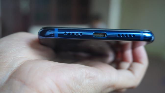 Xiaomi Mi 8 Lite sisi bawah terdapat port USB type C dan speaker grill (Liputan6.com/ Agustin Setyo W)
