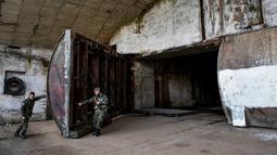 Tentara Albania menutup salah satu gerbang ke terowongan utama Pangkalan Udara Gjader di dekat Kota Lezhe, 5 Februari 2019. Pangkalan Udara Gjader berupa terowongan sepanjang 600 meter yang di masa lalu ramai dengan kesibukan personel militer Albania. (Gent Shkullaku/AFP)