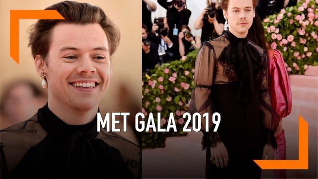 Mantan personel One Direction, Harry Styles menjadi sorotan pada Met Gala 2019. Ia mengenakan busana dari Gucci dengan konsep blouse transparan.