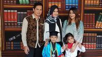 Tommy Kurniawan, Lisya Nurrahmi dan Tania Nadira kompak di wisuda anak sulung mereka [foto: instagram/tommykurniawann]