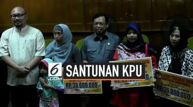Keluarga anggota PPS (Panitia Pemungutan Suara) Bekasi yang meninggal saat bertugas dapat santunan dari KPU Pusat  dan DPR RI Komisi II. Santunan diberikan di kantor KPU Bekasi hari Jumat (12/7).