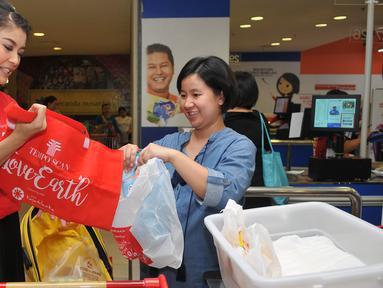 Sigi Wimala (kiri) mengajak masyarakat untuk mengurangi penggunaan kantong plastik, Jakarta, Kamis (28/4). Melalui Program Tempo Scan Love Earth, konsumen didorong untuk menggunakan tas ramah lingkungan. (Liputan6.com/Gempur M Surya)
