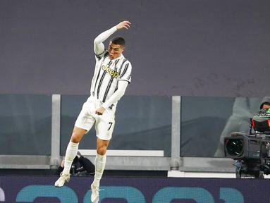 Striker Juventus, Cristiano Ronaldo, melakukan selebrasi usai mencetak gol ke gawang Cagliari pada laga Liga Italia di Stadion Allianz, Turin, Minggu (22/11/2020). Juventus menang dengan skor 2-0. (AP Photo/Antonio Calanni)