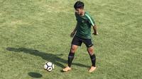 Pemain Timnas Indonesia U-19, Firza Andika, mengontrol bola saat latihan di Lapangan ABC Senayan, Jakarta, Selasa (18/9/2018). Latihan ini merupakan persiapan jelang Piala AFC U-19. (Bola.com/Vitalis Yogi Trisna)