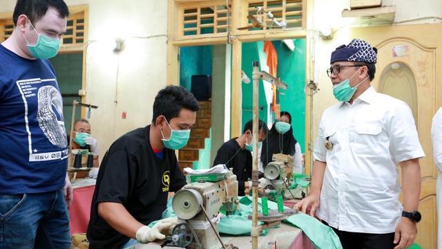 Banyuwangi Gandeng UMKM Produksi Ribuan Pakaian APD untuk Tenaga Medis