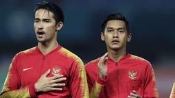 Pemain Indonesia, Gavin Kwan dan Septian David, menyanyikan lagu Indonesia Raya saat melawan Palestina pada laga Asian Games di Stadion Patriot, Jawa Barat, Rabu (15/8/2018). Indonesia takluk 1-2 dari Palestina. (Bola.com/Peksi Cahyo)