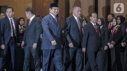 Menteri Pertahanan Prabowo Subianto (tengah) bersama mantan Menteri Pertahanan Ryamizard Ryacudu jelang menandatangani berita acara serah terima di Kementerian Pertahanan, Jakarta, Kamis (24/10/2019). Ryamizard Ryacudu resmi menyerahkan jabatan kepada Prabowo Subianto. (Liputan6.com/Faizal Fanani)