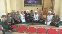 Vokalis Pas Band saat menyambangi Polres Jeneponto. (Kabarmakassar.com)
