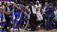 Bintang Golden State Warriors, Kevin Durant, bersitegang dengan center New Orleans Pelicans DeMarcus Cousins pada laga NBA di Smoothie King Center, Senin (4/12/2017) atau Selasa (5/12/2017). (AP Photo/Gerald Herbert)