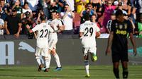 Gelandang Real Madrid Gareth Bale berselebrasi dengan rekannya Isco usai mencetak gol ke gawang Juventus pada pertandingan ICC 2018 di Landover, Md (4/8). Madrid menang telak 3-1 atas Juventus. (AP Photo/Nick Wass)
