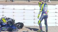 Valentino Rossi mengalami kecelakaan hebat pada tes MotoGP Valencia di Sirkuit Ricardo Tormo, Selasa (14/11/2017). (Crash)