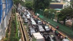 Arus lalu lintas di sekitar kawasan Stasiun Palmerah, Jakarta, Kamis (6/12). Selain kurang pengawasan, tidak adanya sanksi tegas juga membuat PKL dan ojek online berani mangkal sembarangan. (Liputan6.com/Immanuel Antonius)