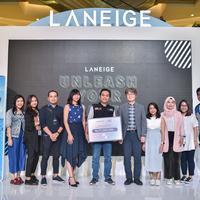 Penyerahan donasi oleh tim LANEIGE kepada ACT