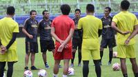 Arema FC kembali berlatih di Stadion Kanjuruhan, Kabupaten Malang Kamis (20/5/2021). (Bola.com/Iwan Setiawan)