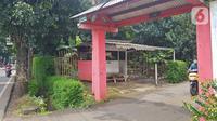 Warga melintas di lahan di RT 05/RW 05 Kelurahan Pondok Ranggon yang dikabarkan jadi lokasi pembangunan DP Rp 0, Jakarta Timur, Rabu (10/3/2021). KPK sedangmenyelidiki Program Rumah DP 0 Rupiah di Munjul, Kelurahan Pondok Ranggon, Kecamatan Cipayung, Jakarta Timur. (Liputan6.com/Herman Zakharia)