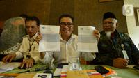Helmy Yahya (tengah) menunjukkan surat pemberhentiannya sebagai Direktur Utama TVRI dalam konferensi pers di Jakarta, Jumat (17/1/2020). Dewan Pengawas Lembaga Penyiaran Publik TVRI resmi memecat Direktur Utama Helmy Yahya melalui surat pemberhentian pada 16 Januari 2020. (merdeka.com/Imam Buhori)